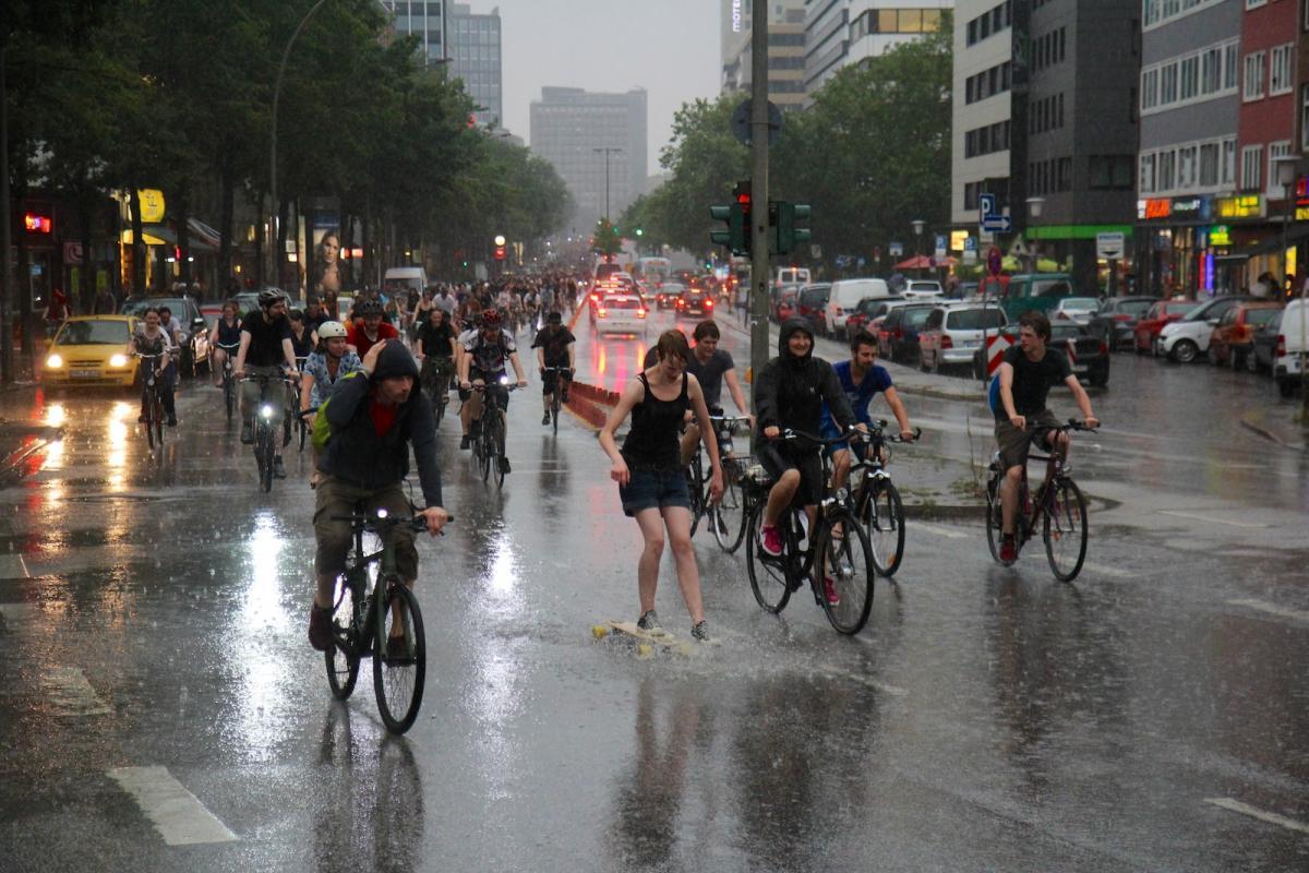 Radler lassen sich nicht vom Regen den Spaß verderben