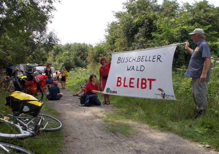 Tour hält am Buschbeller Wald, der für den Quarzabbau zerstört werden soll