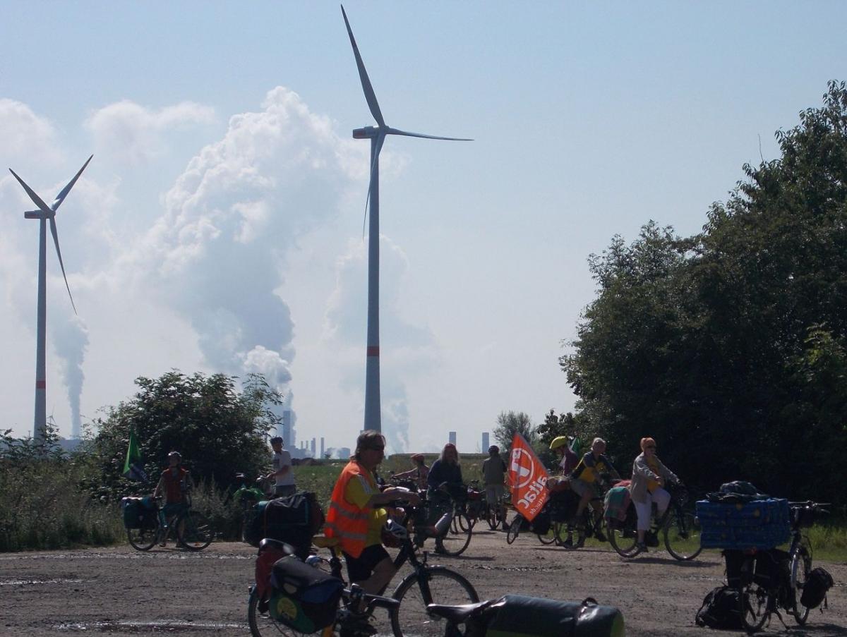 Windräder vor den mächtigen Braunkohlekraftwerken