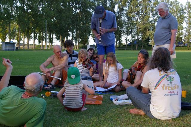 Tour de Natur 2009 - abends werden Musikstücke für das bunte Straßenspektakel einstudiert