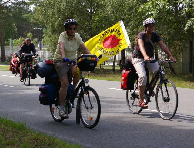 Tour de Natur 2009 am Tor des Zwischenlagers Gorleben