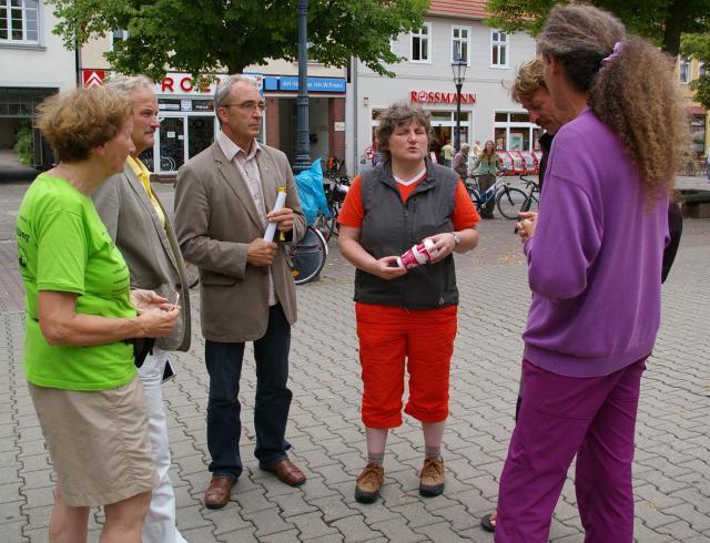 Tourteilnehmer im Gespräch mit Vertretern der Stadt Wittstock