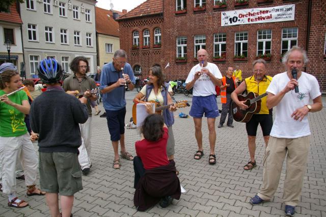 Tour de Natur spielt auf dem Marktplatz in Wittstock auf